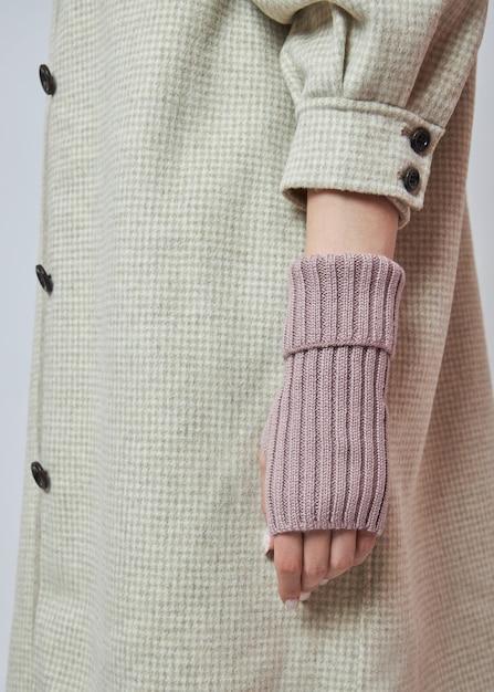 Mulher com as mãos em luvas de luvas de inverno quente. Foto Premium