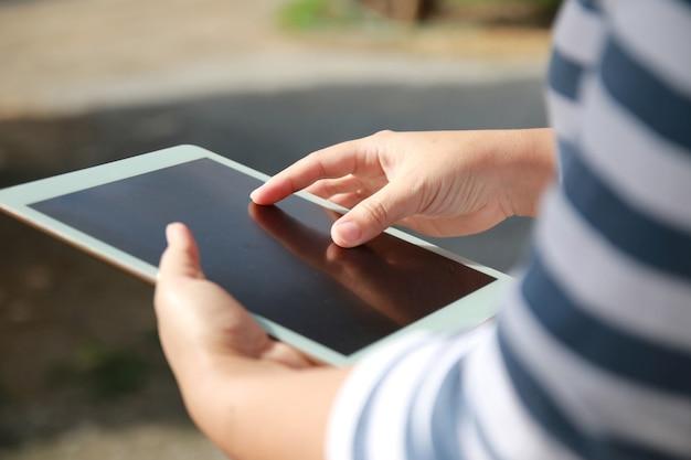 Mulher com as mãos segurando um tablet. Foto Premium