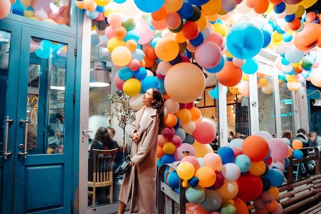 Mulher com balões coloridos Foto gratuita