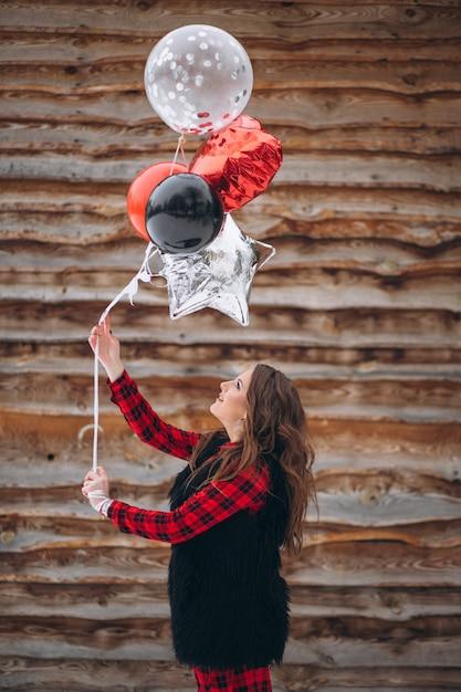 Mulher, com, balões, ligado, dela, aniversário, exterior Foto gratuita