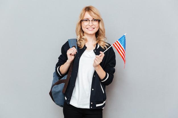 Mulher com bandeira Foto gratuita