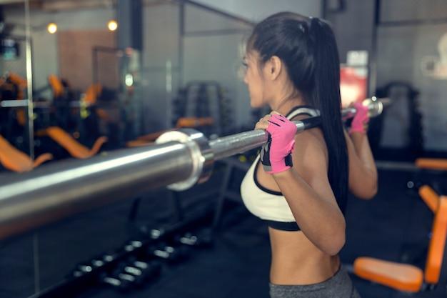 Mulher, com, batalha, corda, em, funcional, treinamento, ginásio aptidão, de, mulher, levando, perda peso Foto Premium