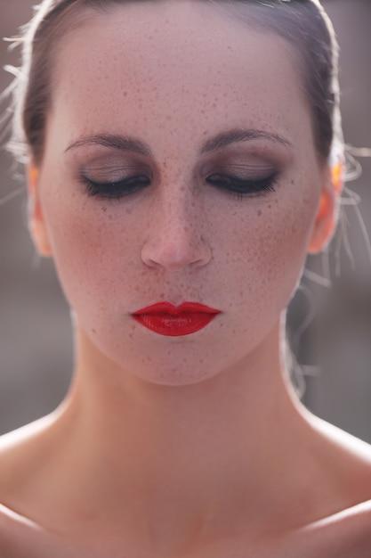 Mulher com batom vermelho Foto gratuita