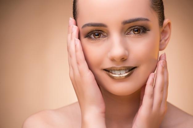 Mulher com boa maquiagem no conceito de beleza Foto Premium