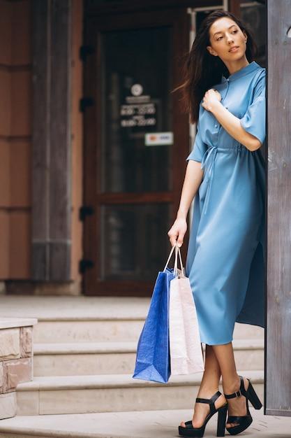 Mulher, com, bolsas para compras Foto gratuita