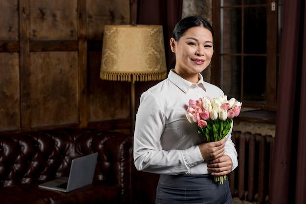 Mulher com buquê de flores Foto gratuita