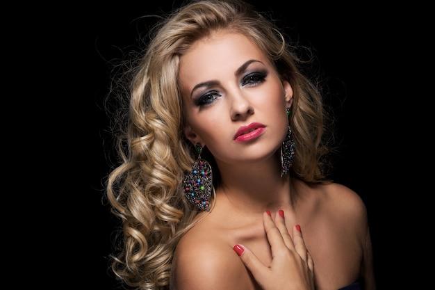 Mulher com cabelo encaracolado Foto gratuita