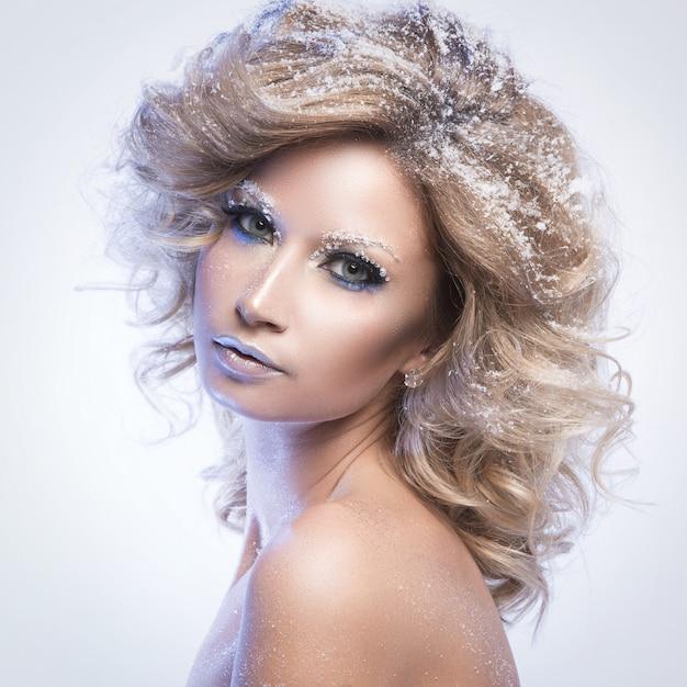 Mulher com cabelos cacheados e tema de inverno Foto gratuita