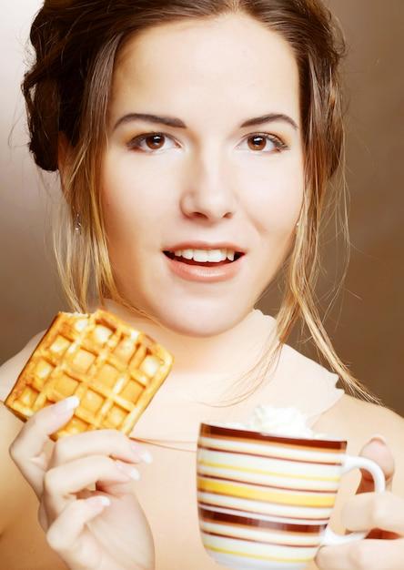 Mulher com café e biscoitos Foto Premium