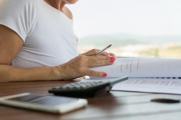 Mulher, com, calculadora Foto Premium
