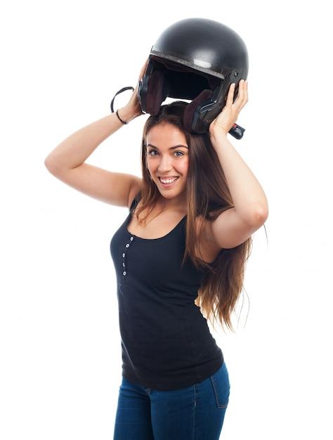 Mulher com capacete preto Foto gratuita