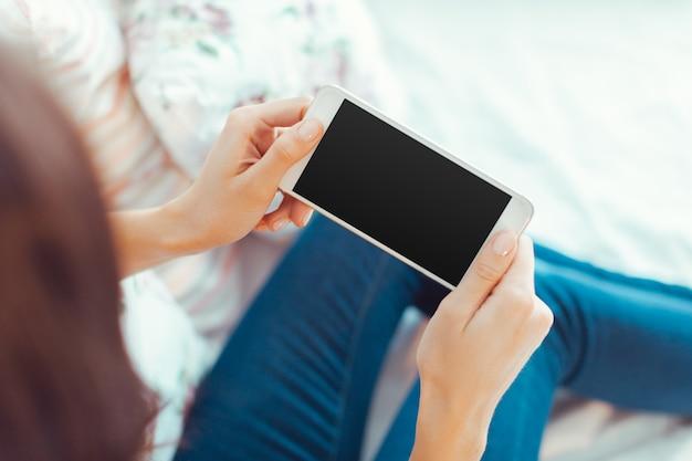 Mulher com celular moderno nas mãos Foto Premium