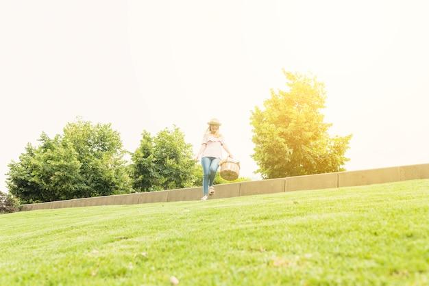 Mulher, com, cesta, acordando, parque Foto gratuita