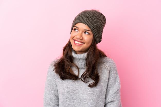 Mulher com chapéu de inverno isolado parede rosa Foto Premium