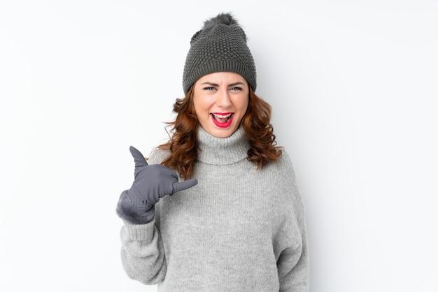 Mulher com chapéu de inverno sobre parede isolada Foto Premium