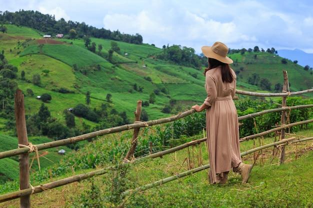 Mulher com chapéu e olhando para a montanha, pa bong amendoim, geléia de mae, chiang mai, tailândia Foto Premium