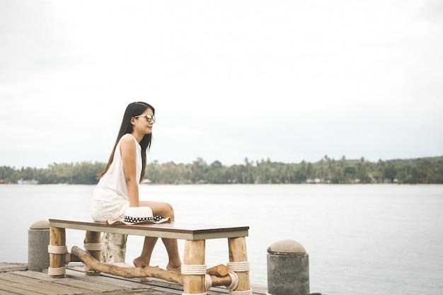 Mulher, com, chapéu, relaxante, ligado, ponte Foto Premium
