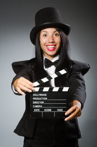Mulher com chapéu vintage e placa de filme Foto Premium