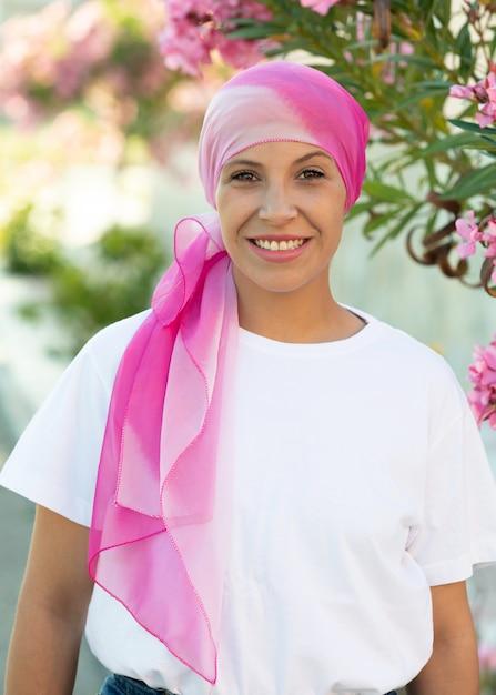Mulher, com, cor-de-rosa, echarpe, cabeça Foto Premium