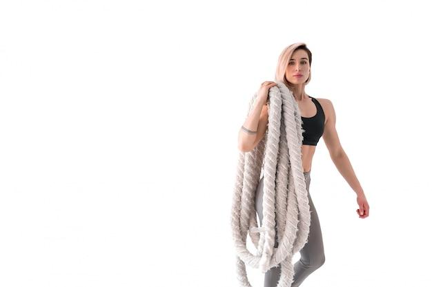 Mulher com corda de batalha em branco Foto Premium