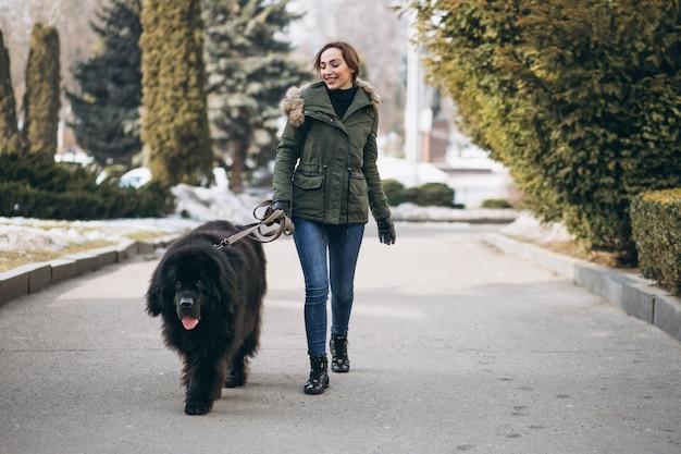 Mulher, com, dela, cão, andar, parque Foto gratuita