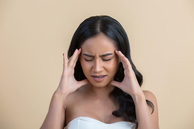 Mulher com dor de cabeça Foto gratuita