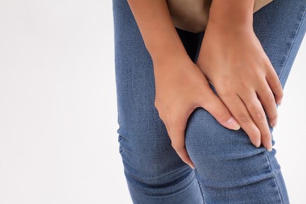 Mulher com dor nas articulações do joelho, artrite, gota Foto Premium