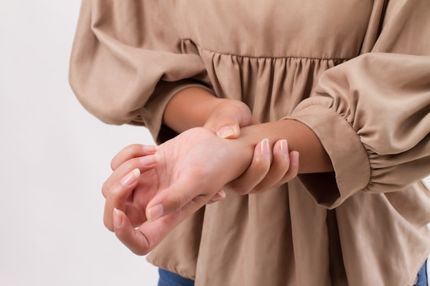 Mulher com dor nas articulações do punho, artrite, gota Foto Premium