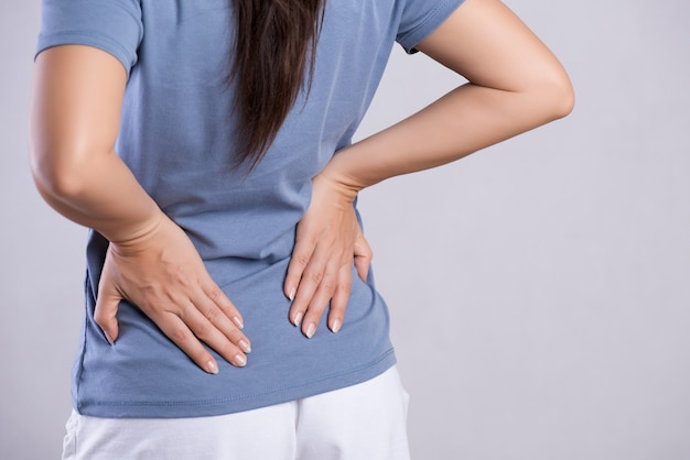 Mulher com dor nas costas feridas. conceito de saúde e dor nas costas. Foto Premium
