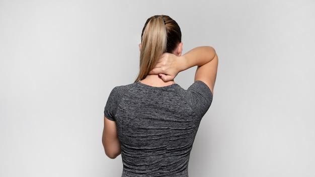Mulher com dor nas costas Foto gratuita