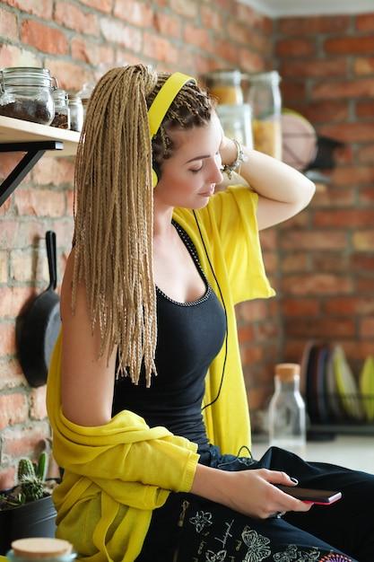 Mulher com dreadlocks Foto gratuita