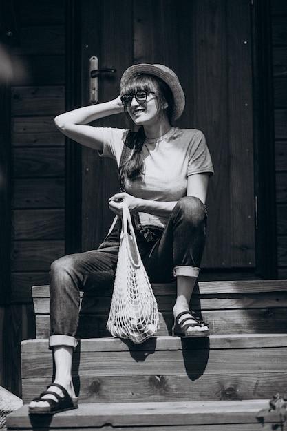 Mulher, com, eco, sacola, com, fruta, em, um, lado rural Foto gratuita