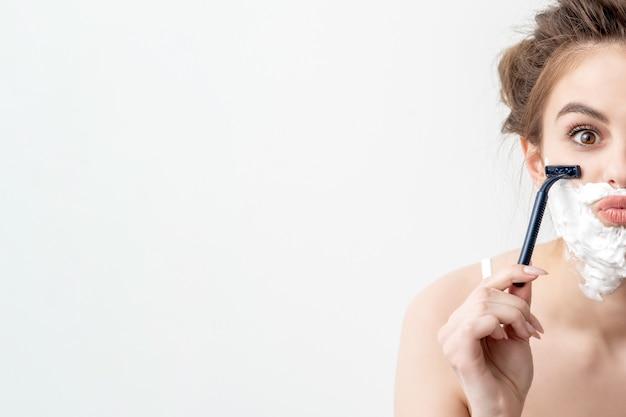 Mulher com espuma de barbear no rosto Foto Premium
