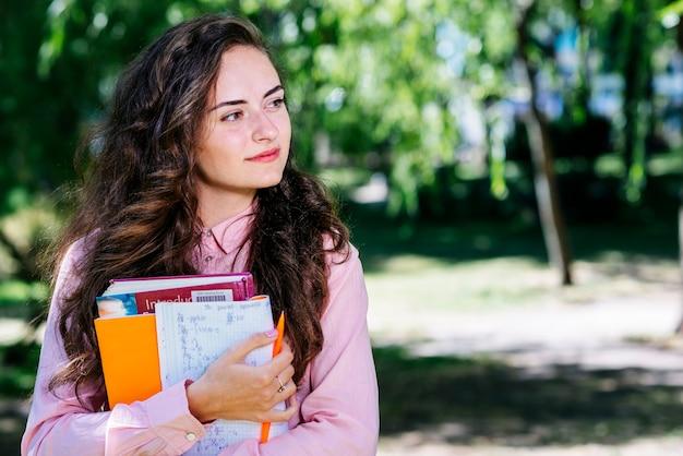 Mulher, com, estudar, materiais, parque Foto gratuita
