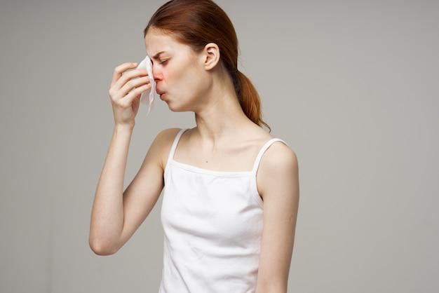 Mulher com expressão facial descontente gripe nariz escorrendo problemas de saúde gripe Foto Premium