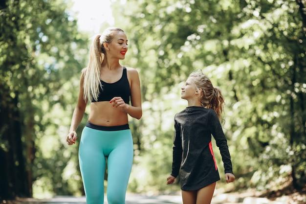 Mulher, com, filha, sacudindo, parque Foto gratuita