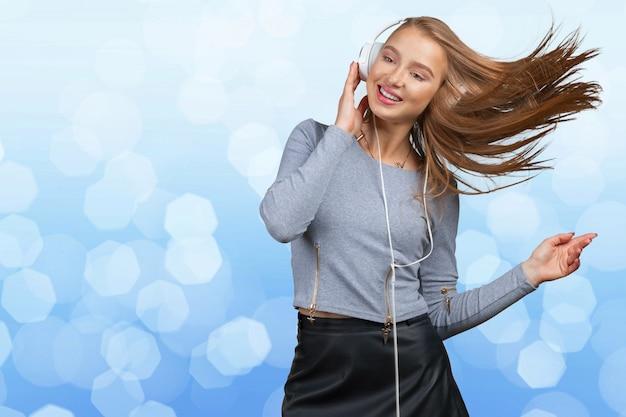 Mulher com fones de ouvido, ouvindo música Foto Premium