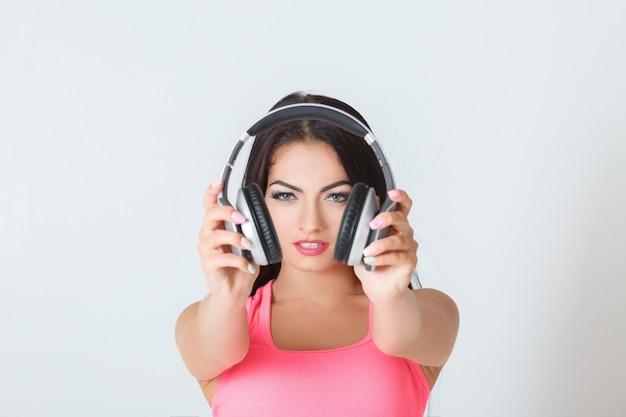 Mulher com fones de ouvido Foto Premium