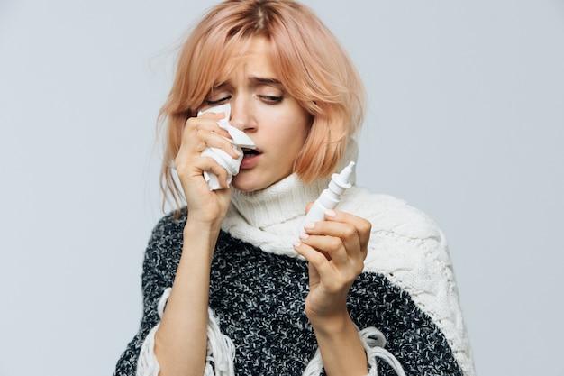 Mulher com guardanapo de papel espirros Foto Premium