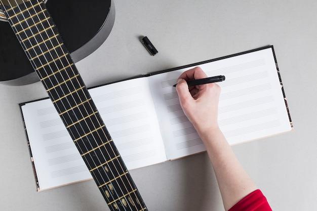 Mulher, com, guitarra, anote notas Foto gratuita