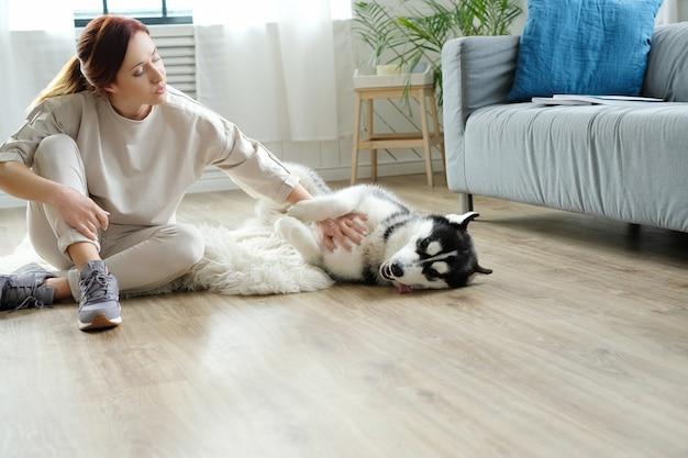 Mulher com husky Foto gratuita