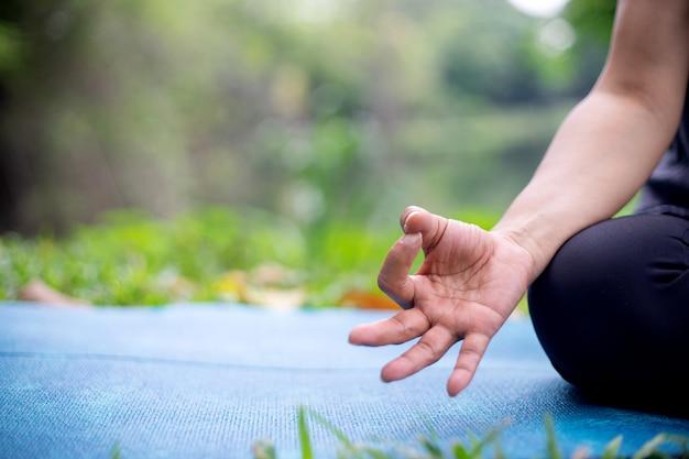 Mulher com mais de 50 anos praticando ioga Foto Premium