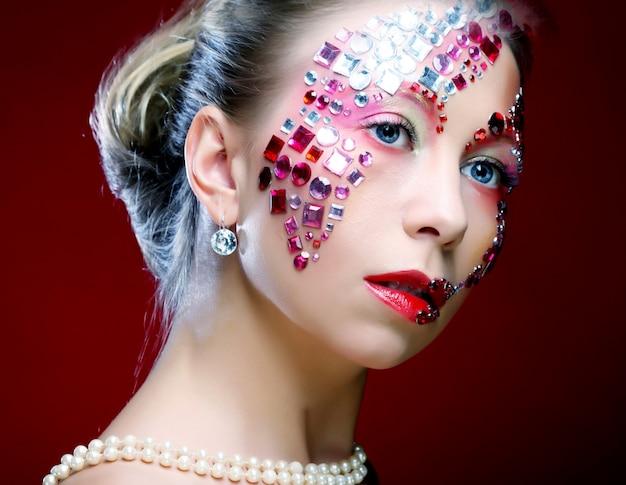 Mulher com maquiagem artística. imagem de luxo. Foto Premium