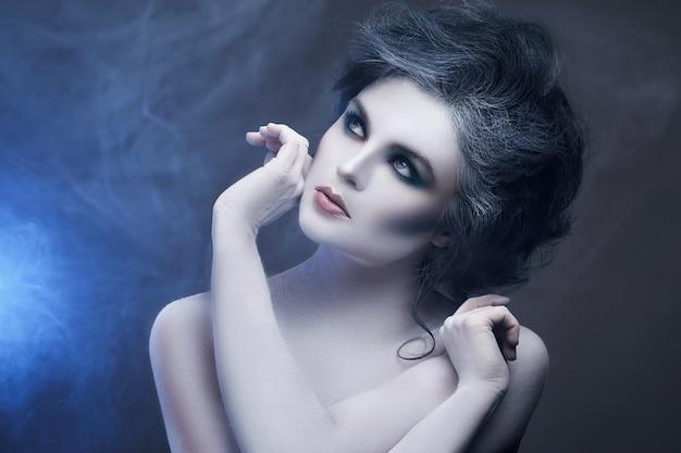 Mulher com maquiagem criativa e arte corporal Foto Premium
