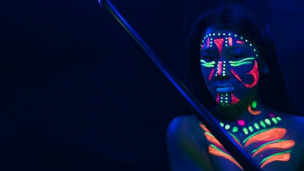 Mulher com maquiagem fluorescente e cópia espaço Foto gratuita