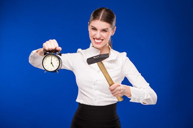 Mulher, com, martelo, e, despertador Foto Premium