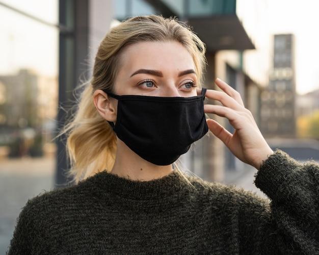 Mulher com máscara facial e conceito de distância social Foto gratuita