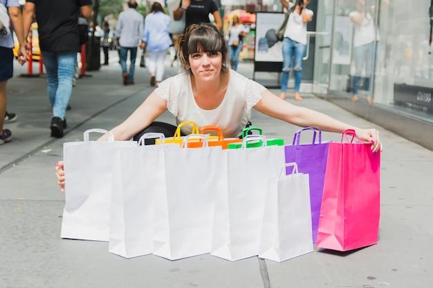 Mulher, com, montão, de, bolsas para compras Foto gratuita