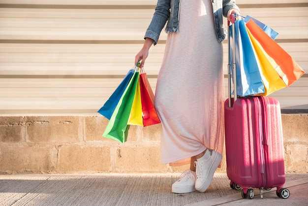 Mulher, com, muitos, luminoso, bolsas para compras, e, mala Foto gratuita