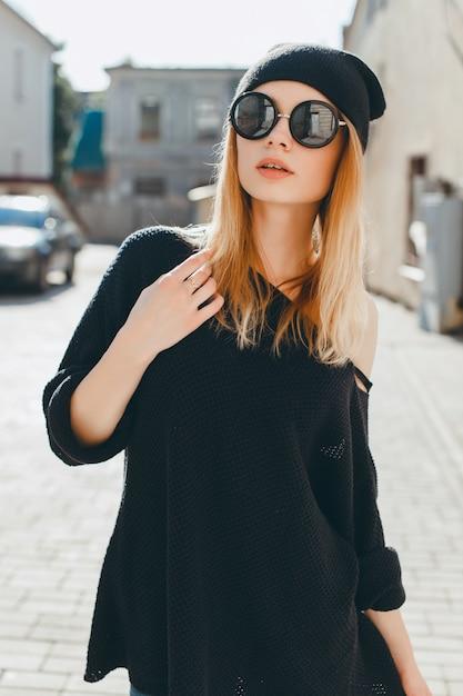 Mulher com óculos escuros e um boné preto   Baixar fotos Premium 1af571df99